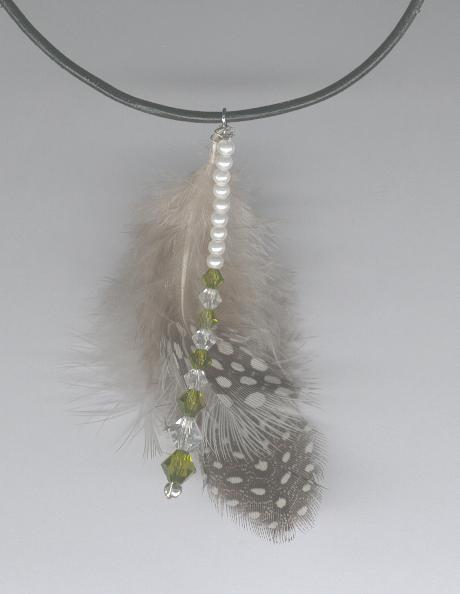Collier en plumes et perles de Swarovsky