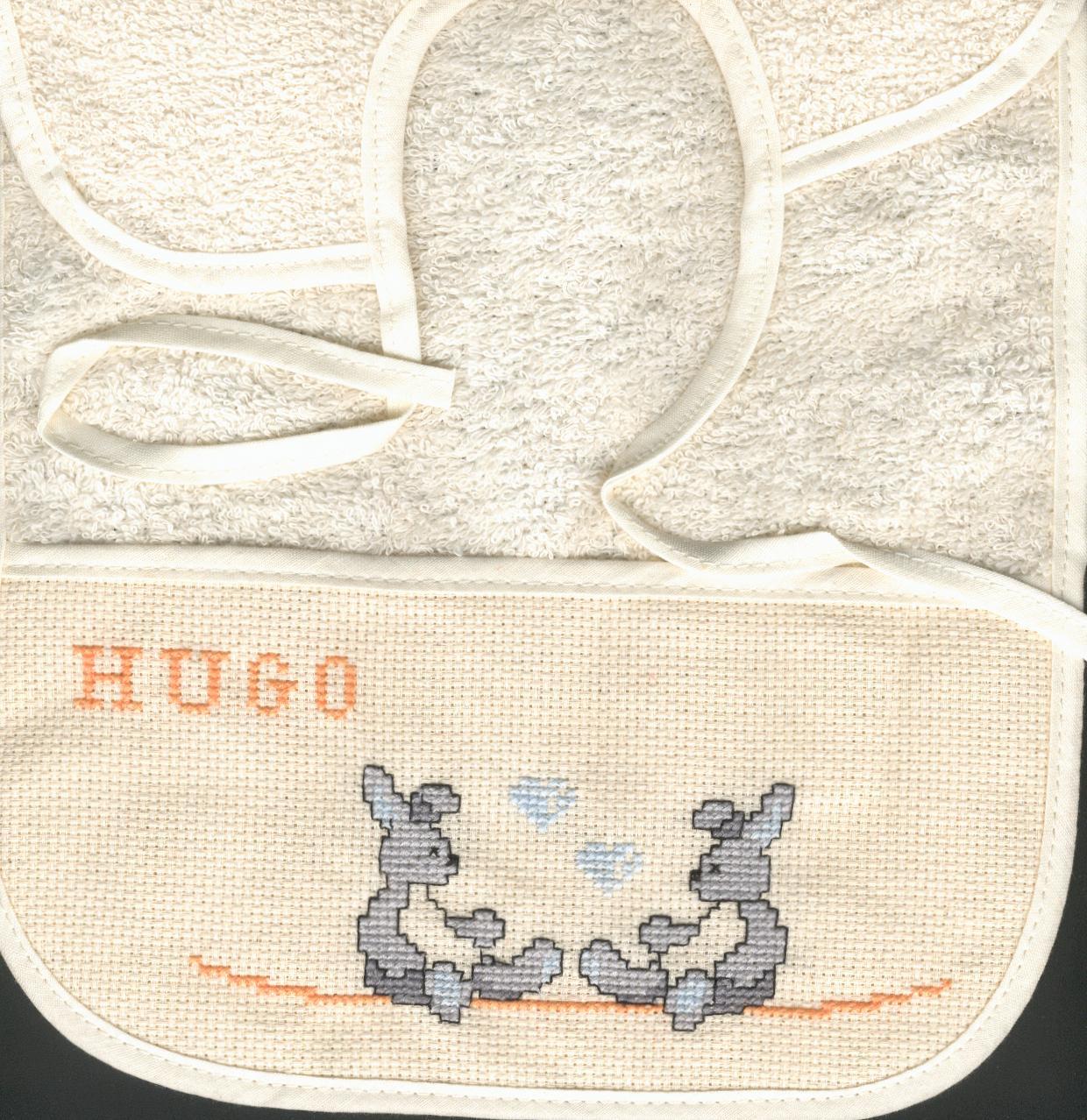 Bavoir brodé pour un petit Hugo