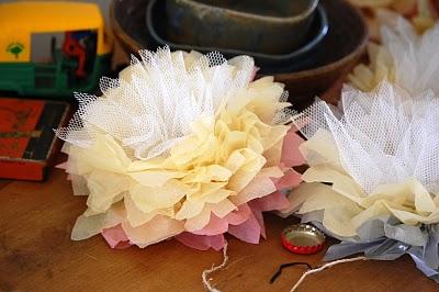tutoriel pour fabriquer des fleurs en papier et tulle. Black Bedroom Furniture Sets. Home Design Ideas