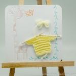 Thumbnail image for Carte de naissance avec pull tricoté jaune sur fond blanc