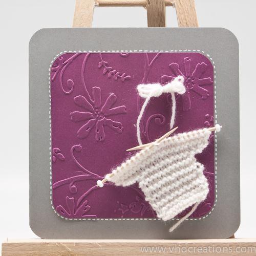 Modèle de Carte de naissance avec petit pull tricoté main